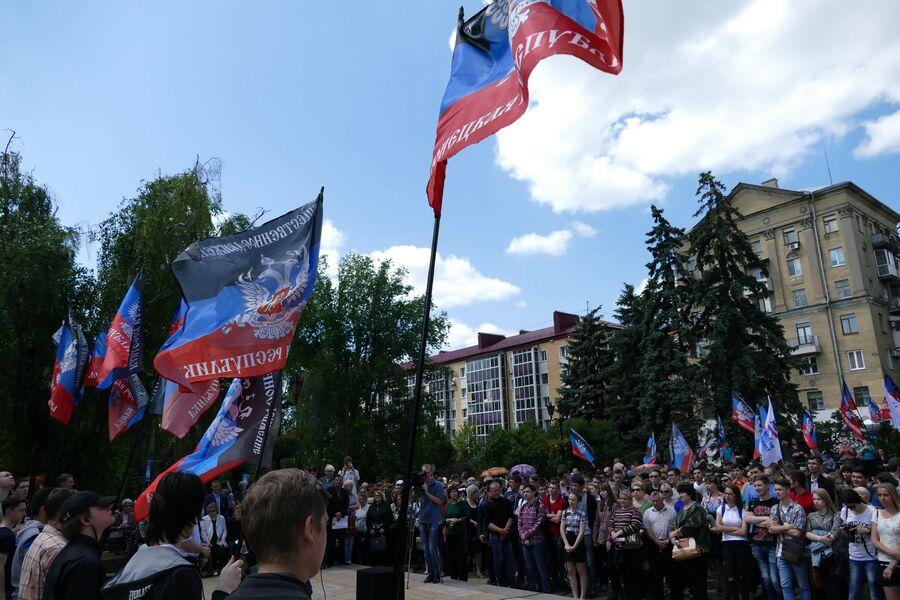 Жители Донецка на митинге против несоблюдения Украиной Минских соглашений