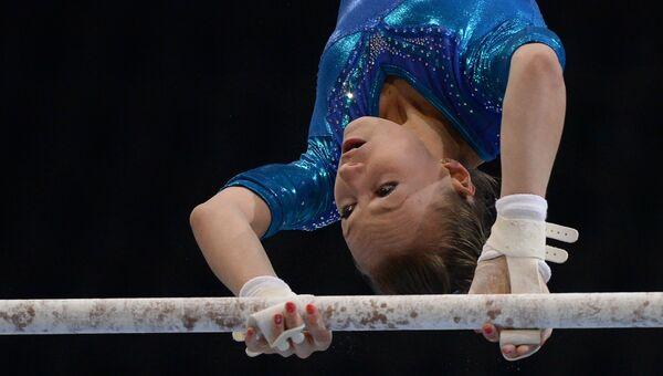 Дарья Спиридонова (Россия) выполняет упражнения на разновысоких брусьях  на чемпионате Европы по спортивной гимнастике в Берне