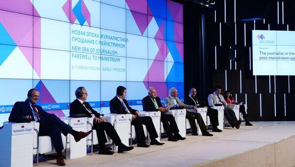 Спикеры первой сессии Журналист в эпоху пост-мейнстрима в рамках форума Новая эпоха журналистики: прощание с мейнстримом в Международном мультимедийном пресс-центре МИА Россия сегодня