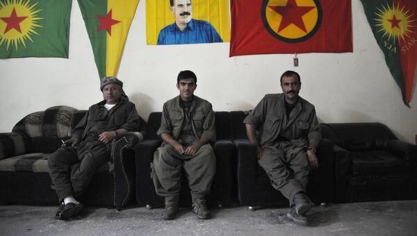 Бойцы Рабочей партии Курдистана (РПК) под портретом Абдуллы Оджалана и флагами РПК и JPG (курдское ополчение в Сирии)