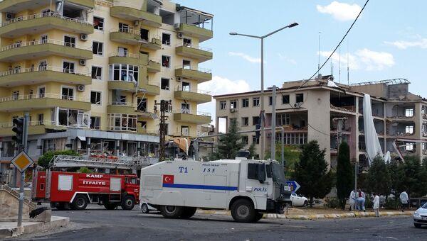 На месте взрыва у полицейского участка в городе Мидьят, Турция. 8 июня 2016