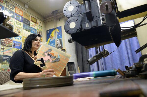 Сотрудник музейно-выставочного отдела Ольга Протасова во время сортировки материала к мультфильму Ну, погоди! на киностудии Союзмультфильм, которой исполняется 80 лет