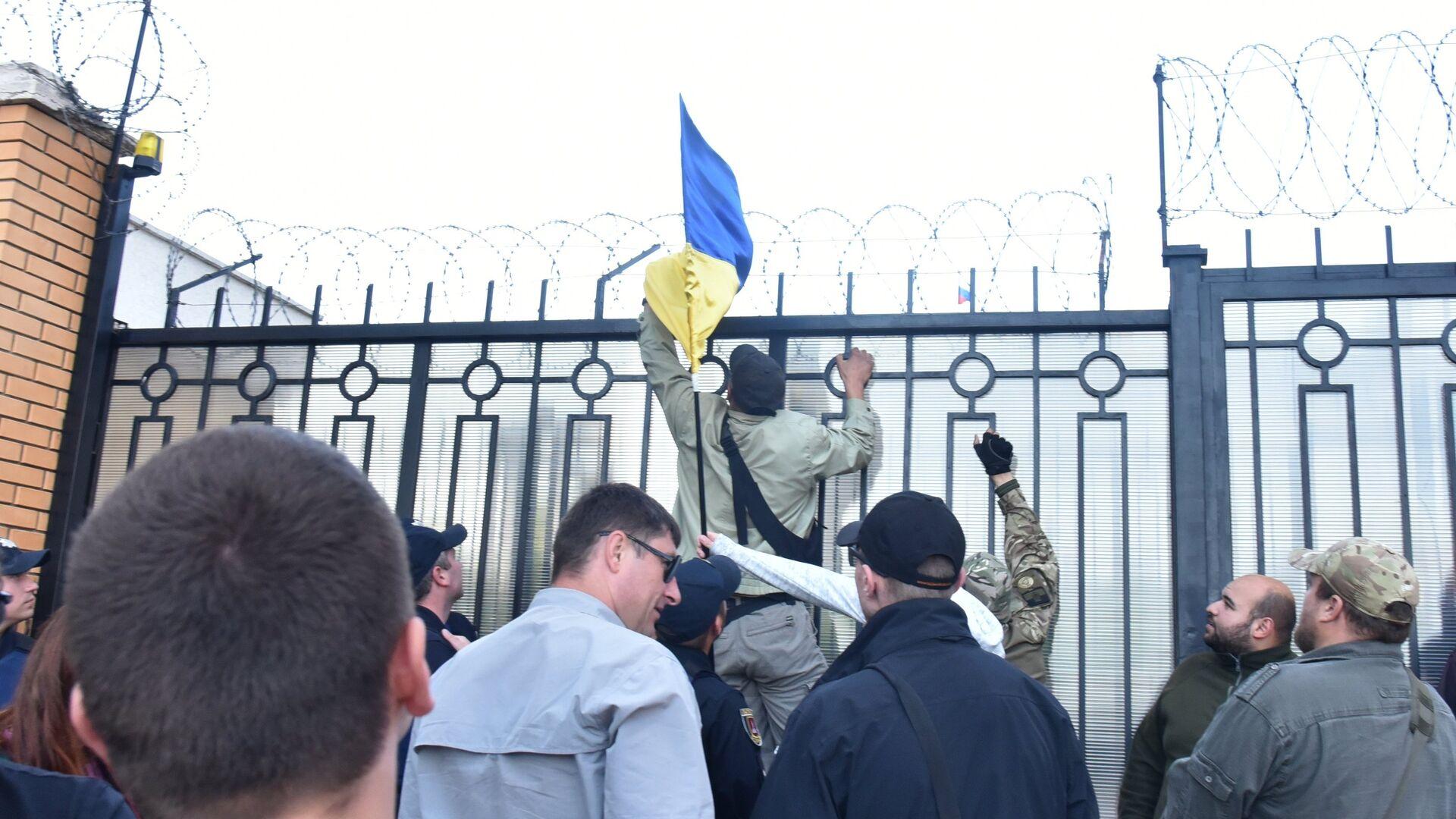 Акция протеста возле здания генерального консульства России в Одессе - РИА Новости, 1920, 27.04.2021