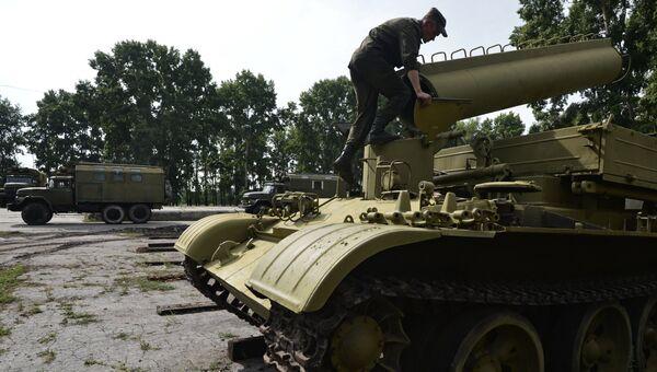 Военнослужащий на базе хранения, ремонта и восстановления военной техники в городе Новосибирске. Архивное фото