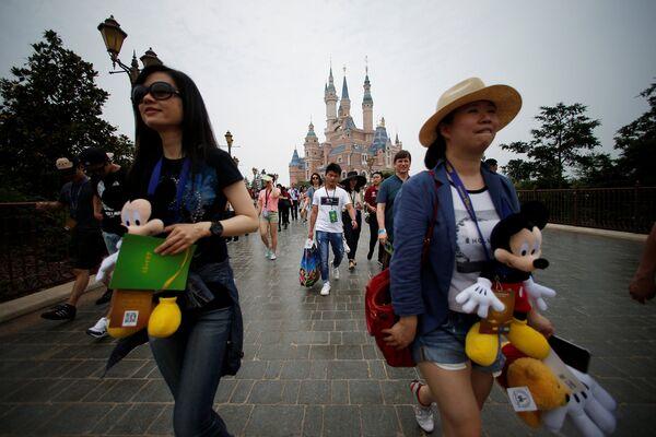 Посетители первого на территории континентального Китая парка развлечений Диснейленд в Шанхае