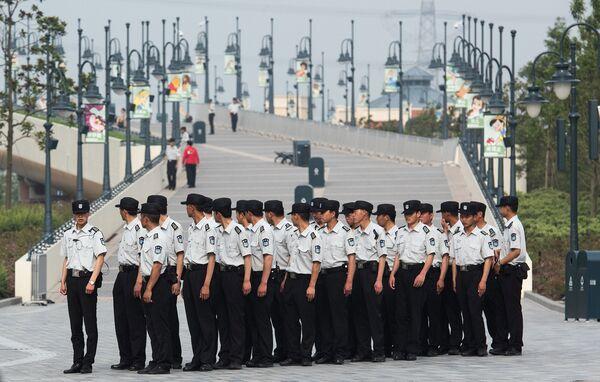 Охранники первого на территории континентального Китая парка развлечений Диснейленд в Шанхае
