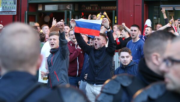 Болельщики с российским флагом на одной из улиц во французском городе Лилле
