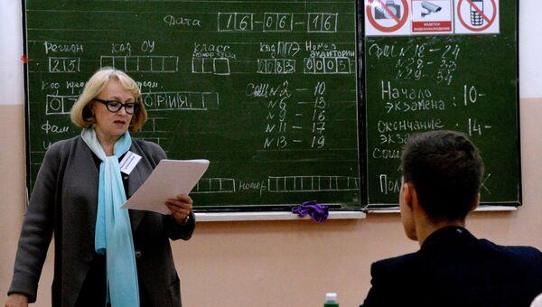 Преподаватель разъясняет ученикам правила сдачи экзамена перед началом единого государственного экзамена по истории в Гимназии №1 Владивостока