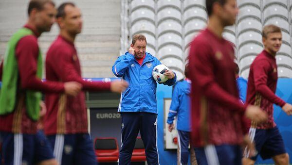 Главный тренер сборной России Леонид Слуцкий во время тренировки перед матчем группового этапа чемпионата Европы по футболу 2016 со сборной Словакии