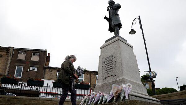 Люди несут цветы к месту убийства депутата Джо Кокс в Бирсталле близ Лидса