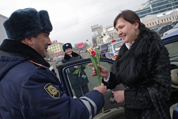 Сотрудники ГИБДД Екатеринбурга поздравили женщин-водителей с наступающим Международным женским днем