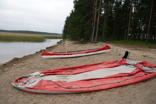 Надувная лодка и байдарка у озера Сямозеро в Карелии, на котором в туристическом походе во время шторма погибли дети.