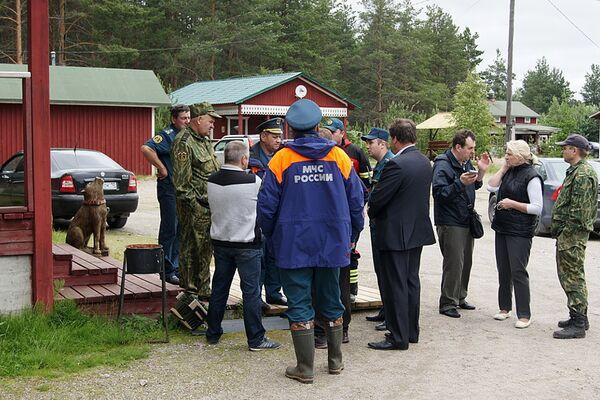 Сотрудники МЧС России на месте проведения поисково-спасательной операции в районе озера Сямозеро в Карелии