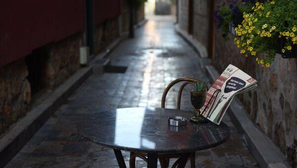 Столик одного из уличных кафе в Анталье. Архивное фото