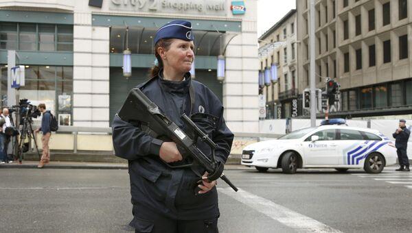 Сотрудница бельгийской полиции у здания торгового центра City 2 в Брюсселе. 21 июня 2016