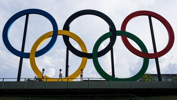 Эмблема Олимпийских игр в парке Мадурейра, Рио-де-Жанейро, Бразилия. Архивное фото