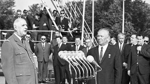 Президент Франции Шарль де Голль и Председатель Президиума Верховного Совета СССР Николай Подгорный в аэропорту Внуково. Июнь 1966 года
