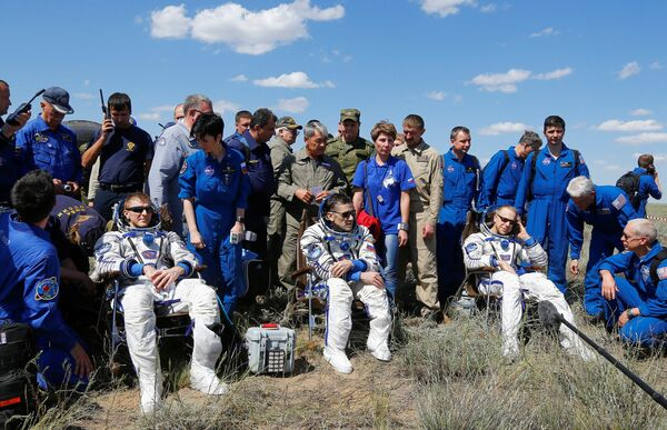 Члены экипажа на МКС Тимоти Пика, Юрий Маленченко и Тимоти Копра после посадки в Казахстане