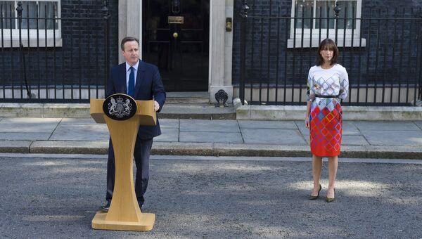 Премьер-министр Великобритании Дэвид Кэмерон и его супруга Саманта во время выступления с заявлением об отставке