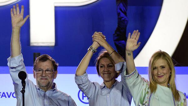 Представители правой Народной партии Испании под руководством и.о. премьера Мариано Рахоя (слева) радуются победе на выборах