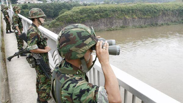 Военнослужащие Южной Кореи на мосту через реку Имджинган. Архивное фото