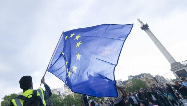 Сторонники членства в Евросоюзе во время митинга на Трафальгарской площади. Архивное фото