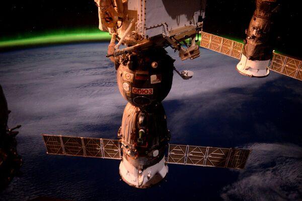 Фотография космического корабля Союз ТМА-19М с борта МКС