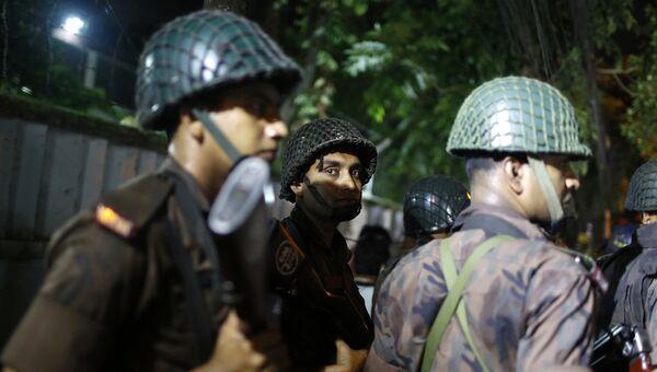 Полиция возле ресторана, где вооруженные люди держат заложников.  Дакка, Бангладеш. 1 июля 2016