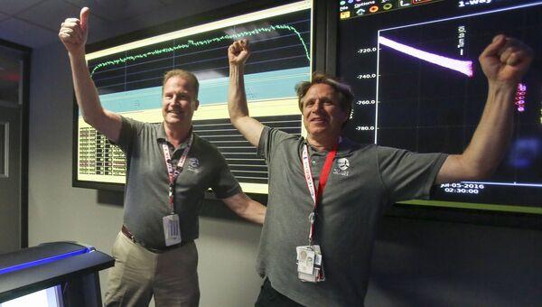 Руководители миссии зонда Juno после выхода аппарата на орбиту Юпитера