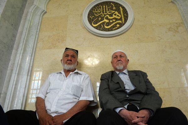Мусульмане перед намазом в день праздника Ураза-байрам в мечети Кул Шариф в Казани