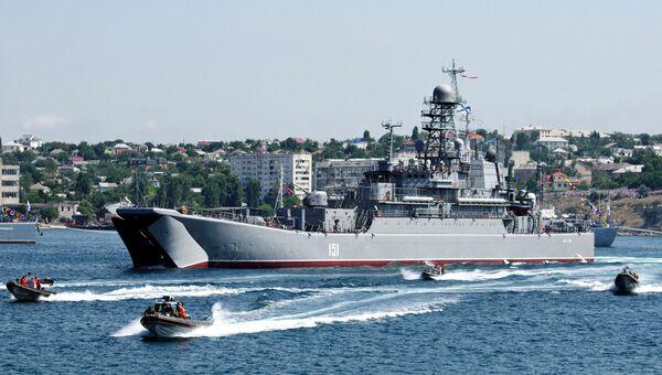 Большой десантный корабль Азов во время празднования Дня ВМФ России в Севастополе. Архивное фото