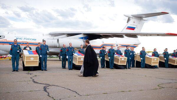Церемония прощания с экипажем разбившегося самолёта МЧС РФ Ил-76 в аэропорту Иркутска