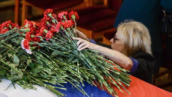 Женщина на гражданской панихиде по экипажу самолета Ил-76 МЧС России