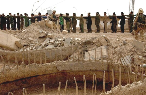 Британские солдаты конвоируют пленных возле Эль-Фао, Ирак