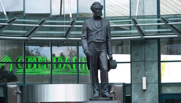 Памятник Николаю Кристофари у входа в здание Сбербанка России. Архивное фото