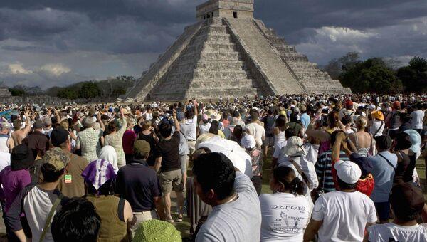 Люди возле пирамиды Кукулькан в Чичен-Ица, Мексик
