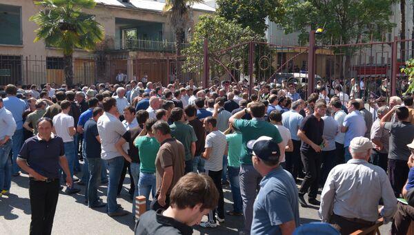 Митинг оппозиции и беспорядки в Сухуме