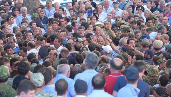 Протестующие во дворе здания МВД Абхазии. Июль 2016 года