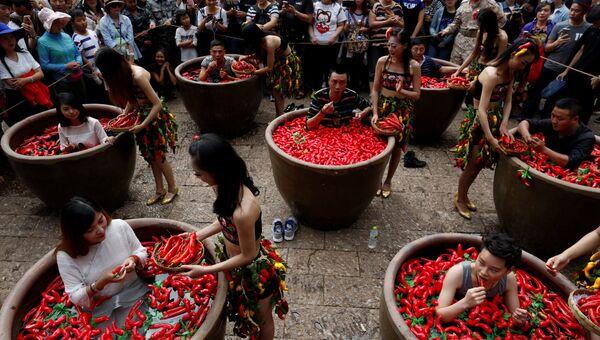 Поедание острого перца в Лицзяне, Китай