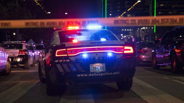 Полицейские машины на главной улице в Далласе после стрельбы снайпера