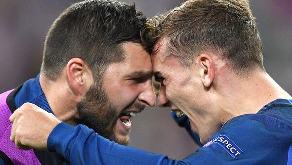 Игроки сборной Франции Андре-Пьер Жиньяк и Антуан Гризманн празднуют гол в ворота сборной Германии во время полуфинала Евро-2016. 7 июля 2016