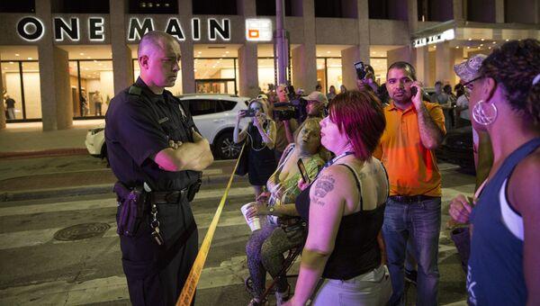 Полицейские и местные жители после стрельбы в центре Далласа. Архивное фото