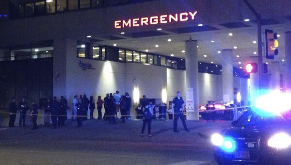 Полиция у входа в медицинский центр в Далласе