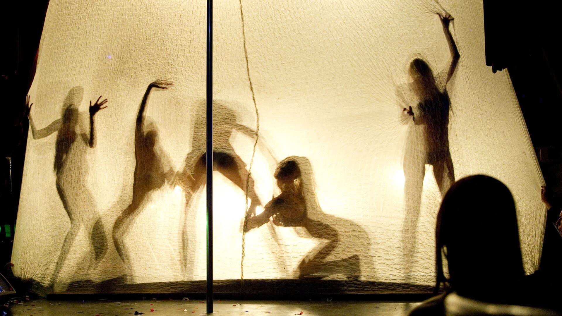 Танцовщицы выступают на вечеринке в клубе SOHO ROOMS, где праздновали окончание чемпионата России по футболу - РИА Новости, 1920, 05.04.2021