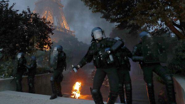 Хулиганы подожгли несколько скутеров в районе гигантской фан-зоны в Париже у Эйфелевой башни