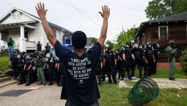Участник акции протеста в связи с убийством афроамериканца в городе Батон-Руж в штате Луизиана. 10 июля 2016