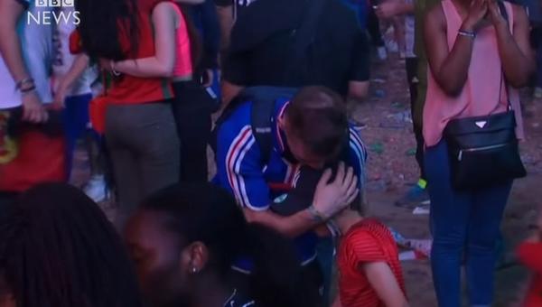 Португальский мальчик утешает француза после финала Евро-2016