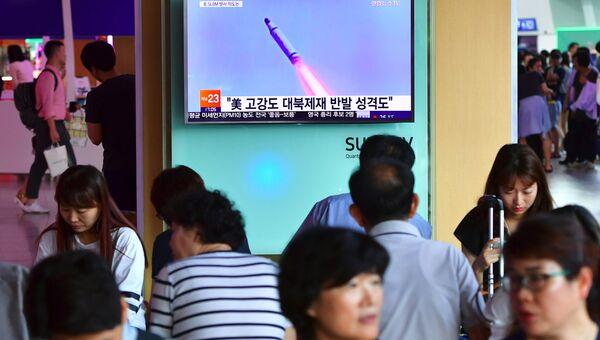 Телевизионная трансляция запуска ракеты в Северной Корее на железнодорожном вокзале в Сеуле. 9 июля 2016