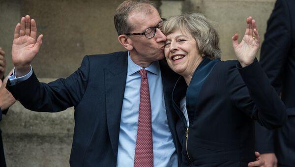 Британский политик Тереза Мэй с мужем после речи перед представителями Консервативной партии Великобритании в Лондоне