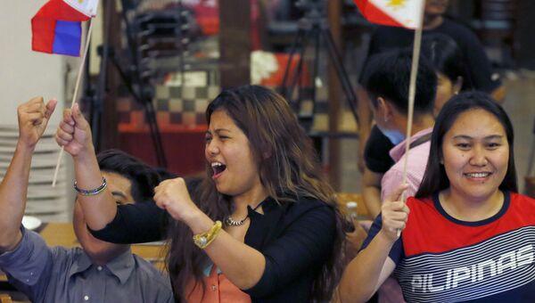 Жители столицы Филиппин Манилы радуются решению третейского суда в Гааге по вопросу Южно-Китайского моря. 12 июля 2016
